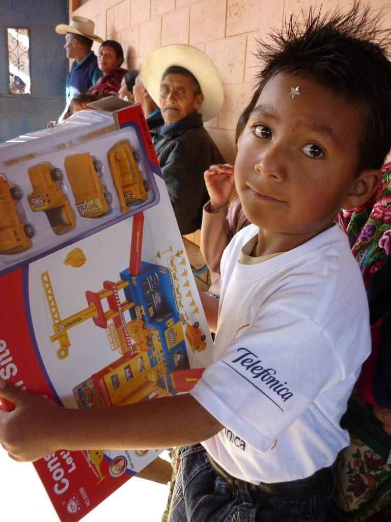 Un niño de preprimaria nos muestra su regalo