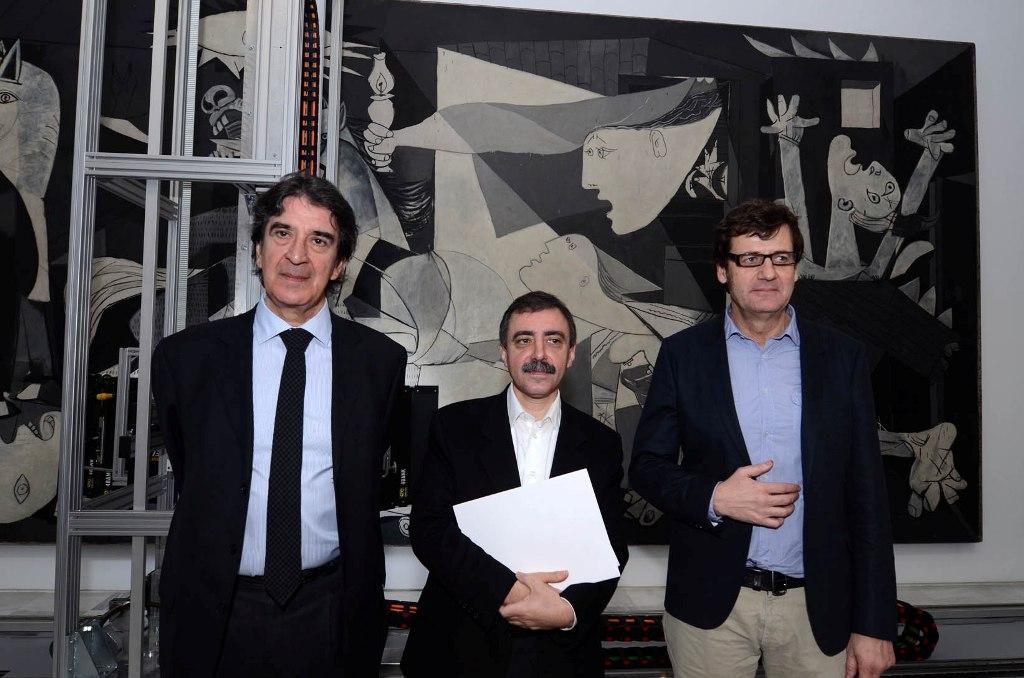 De izquierda a derecha, Francisco Serrano, director general de Fundación Telefónica; Manuel Borja-Villel, director del MNCARS y Jorge García-Tejedor, jefe de Conservación y Restauración del Museo.