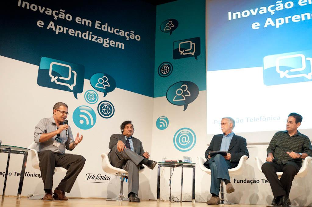 Sugata Mitra, segundo por la izquierda, presentó en la EducaParty su celebre experimento
