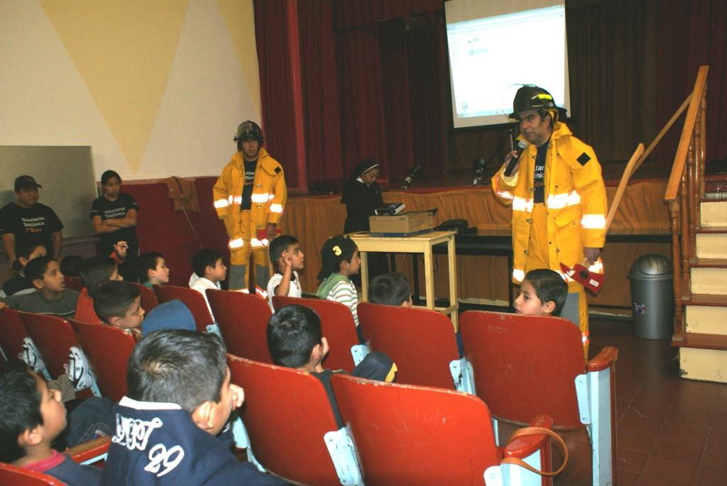Fundación Telefónica donó señalización y equipo de seguridad y los Voluntarios participaron en la capacitación   colocando la señalización y el equipo.