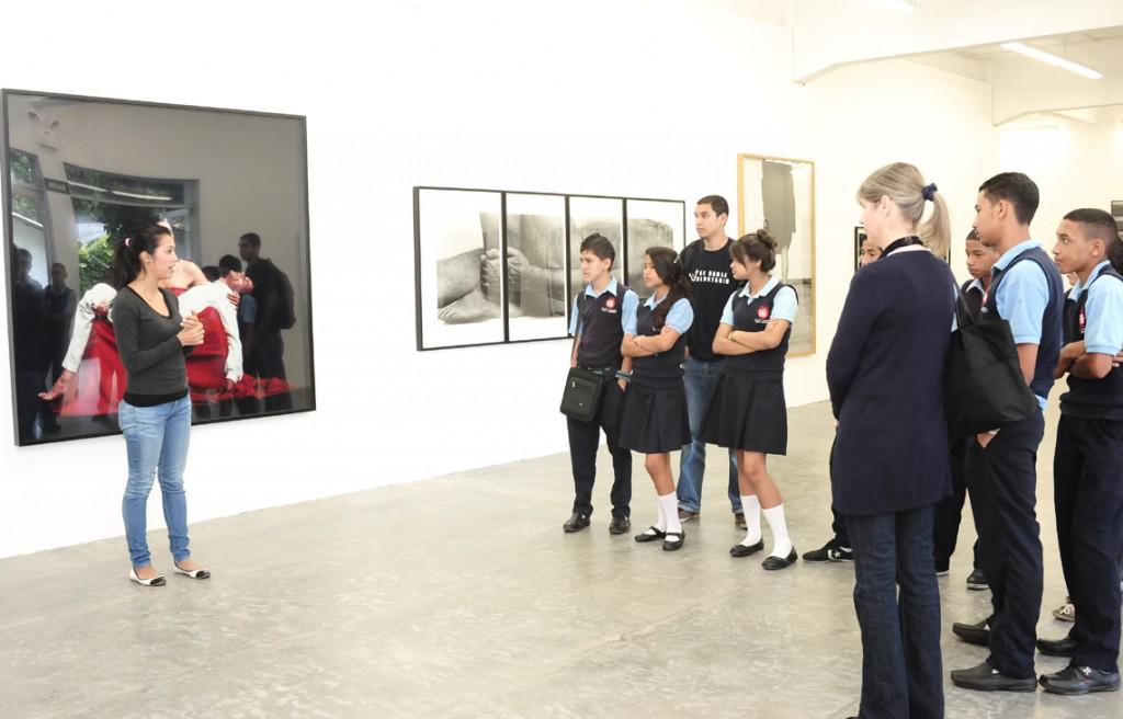 Casi 60 alumnos provenientes de tres escuelas beneficiadas por Proniño visitaron el centro de arte Los Galpones (Caracas) para conocer la Colección de Fotografía Contemporánea de Telefónica.