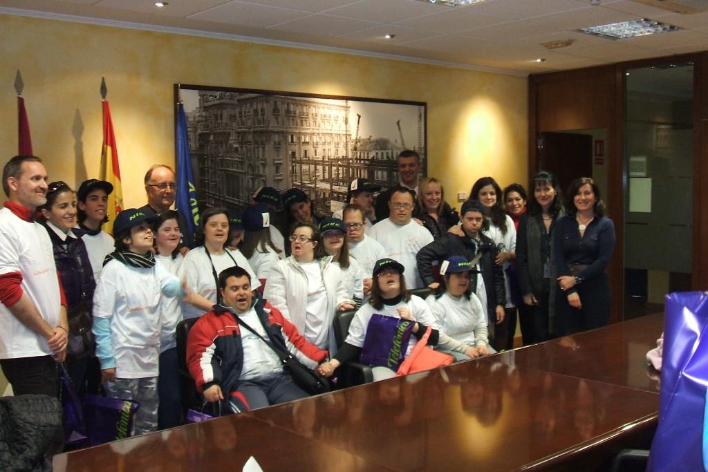 En la imagen, Rosa Sanz y Manuel López con los miembros de la Asociación Caminar de Ciudad Real, acompañados de los Voluntarios Telefónica.