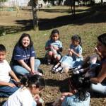 Los Voluntarios aprovechan el tiempo de recreo para compartir la refacción con los niños.
