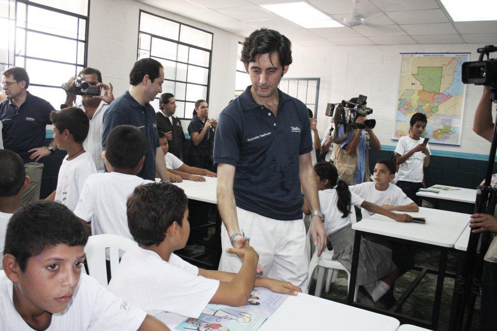 José María Álvarez-Pallete, fue muy cercano con todos los niños de la escuela El Jardín.