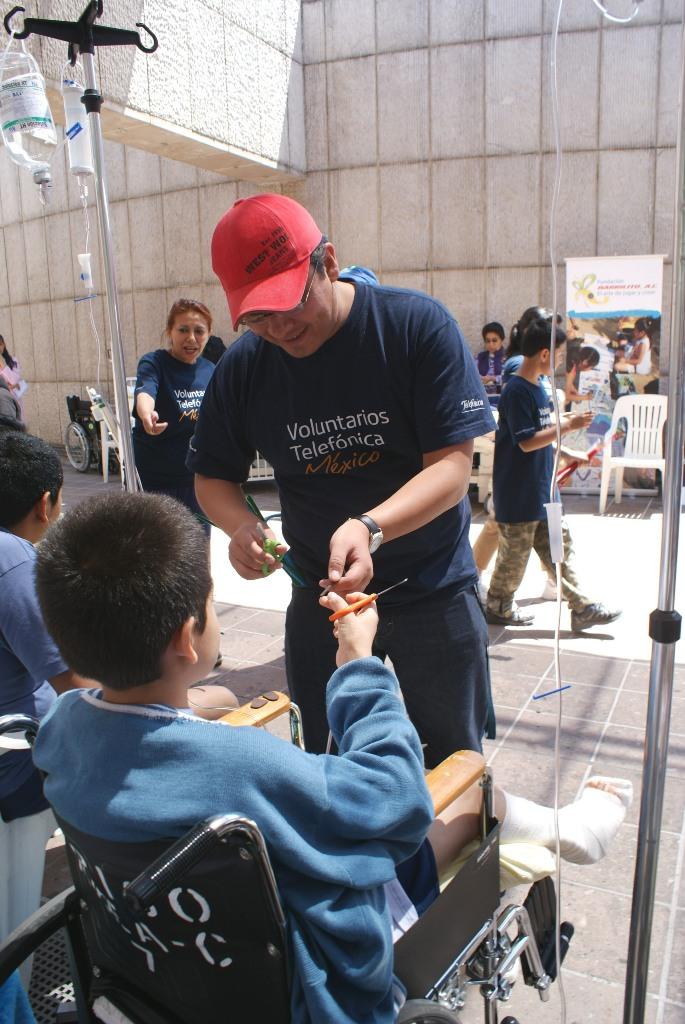 Fundación Telefónica donó material didáctico y sillas de ruedas.