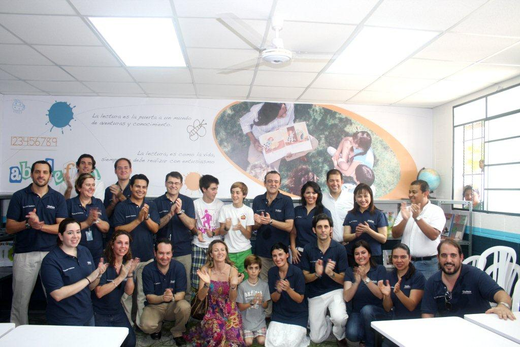 Directores, gerentes y personal de Telefónica y Fundación Telefónica Guatemala con la familia Álvarez-Pallete durante la inauguración de la biblioteca.
