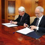 Agustín Alonso, director general de Entreculturas y Javier Nadal, vicepresidente ejecutivo de Fundación Telefónica, durante la firma del convenio entre ambas entidades.