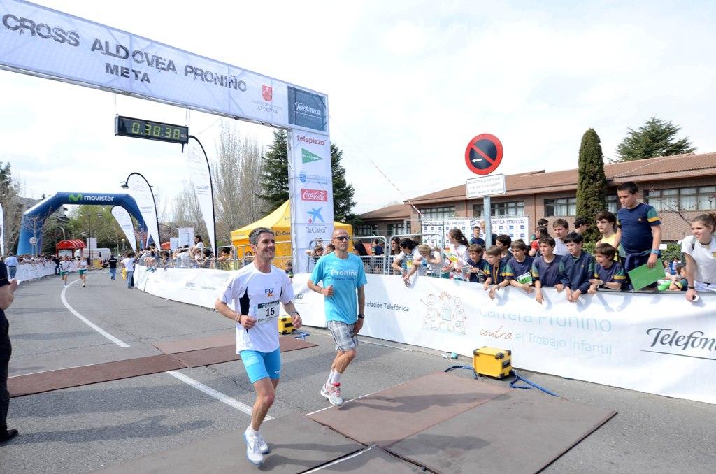 Más de 8.000 escolares participaron en la 32ª edición del Cross Aldovea Proniño. En la imagen, los atletas Martín Fiz y Chema Martínez.