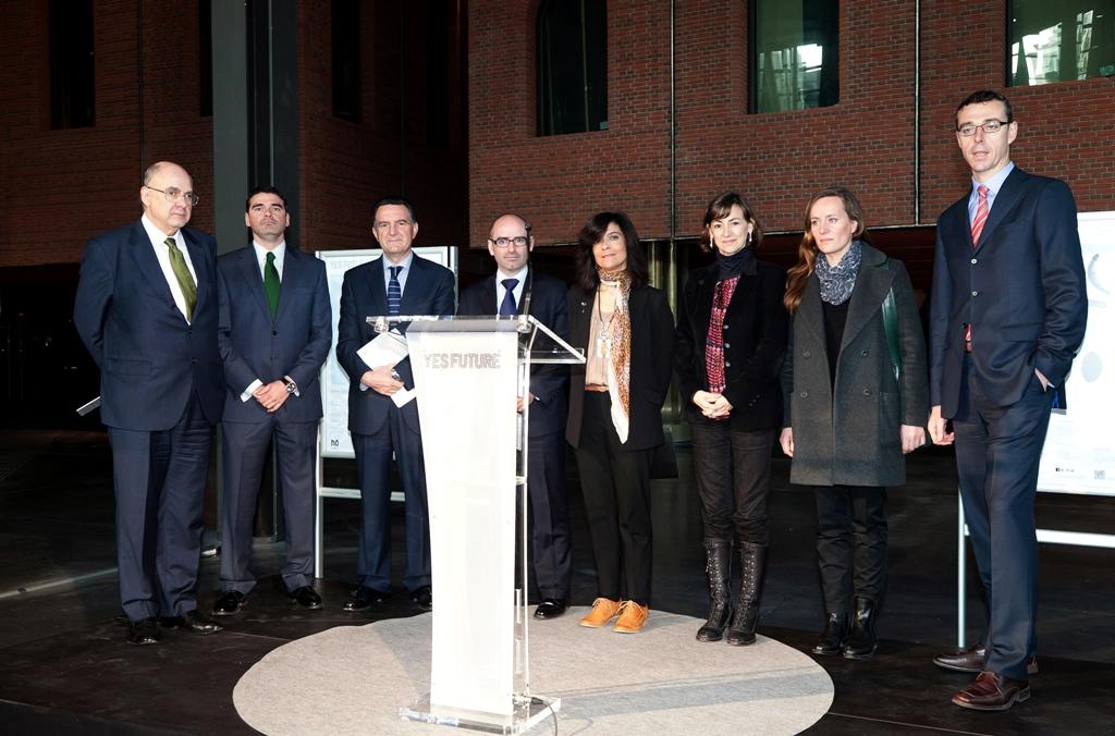 Laura Fernéndez Orgaz, tercera por la derecha, en la Alhóndiga de Bilbao junto a representantes de las empresas e instituciones que apoyarán el programa Yes Future.