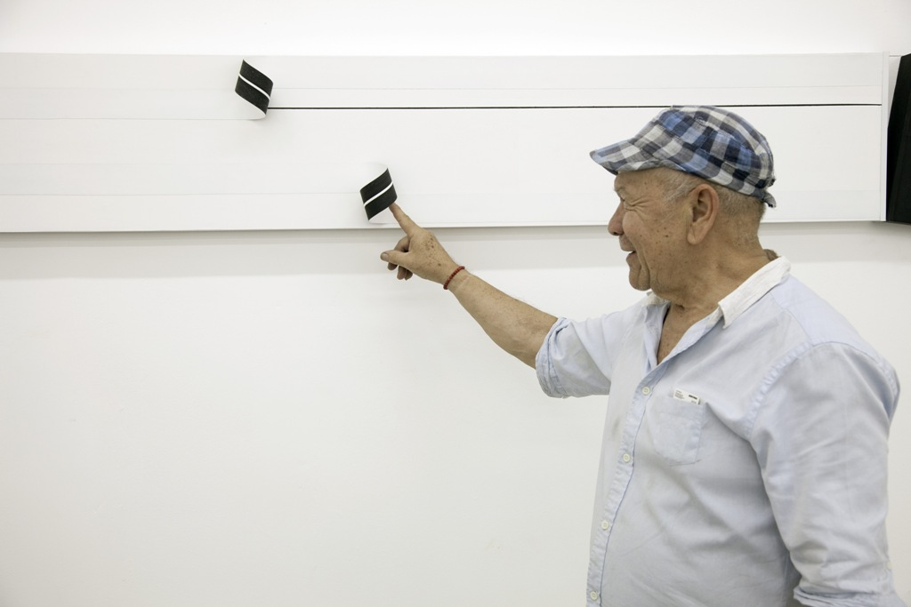 La exposición, que cuenta con el apoyo de la Fundación Telefónica, incluye aparatos electromecánicos, cajas manipulables, piezas magnéticas y videos, los cuales emplean distintos tipos de soporte que van desde el papel hasta proyecciones sobre las paredes de la sala.