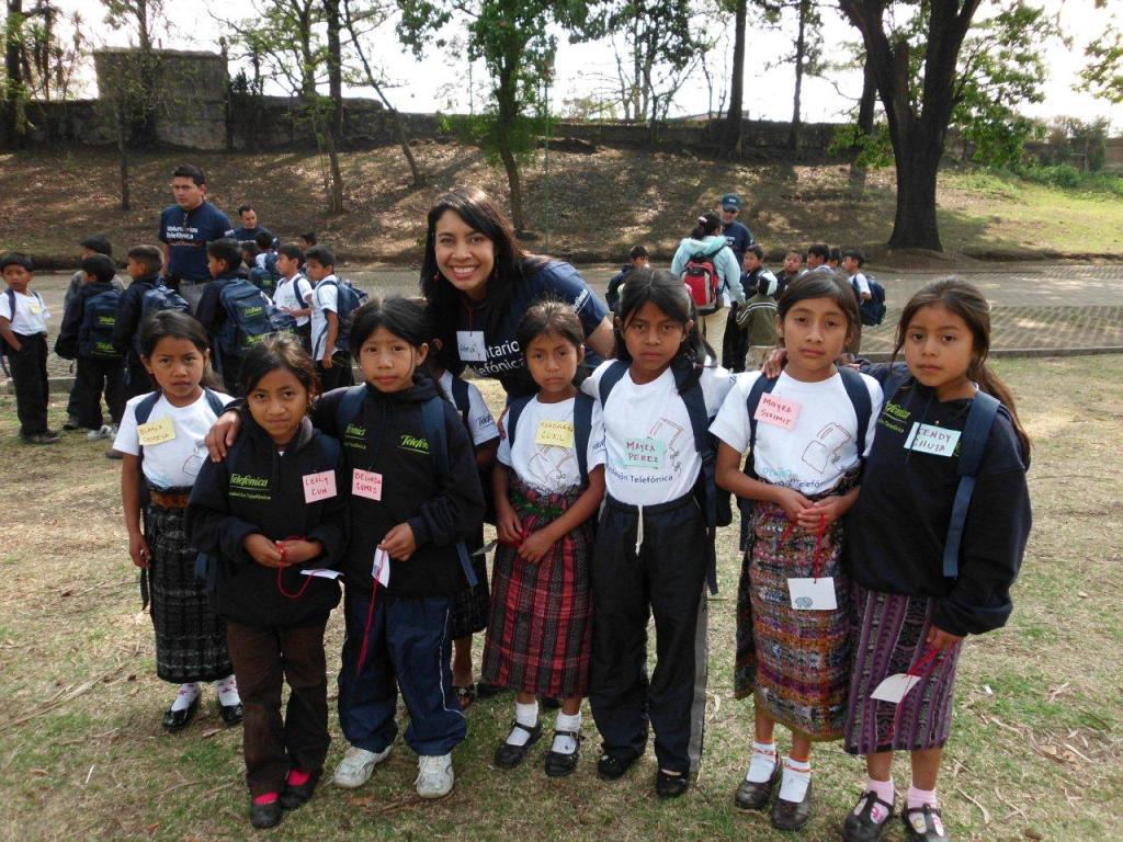 Voluntaria Telefónica supervisora de Tiendas consu grupo de niñas.