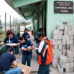 Los Voluntarios se reparten los materiales.