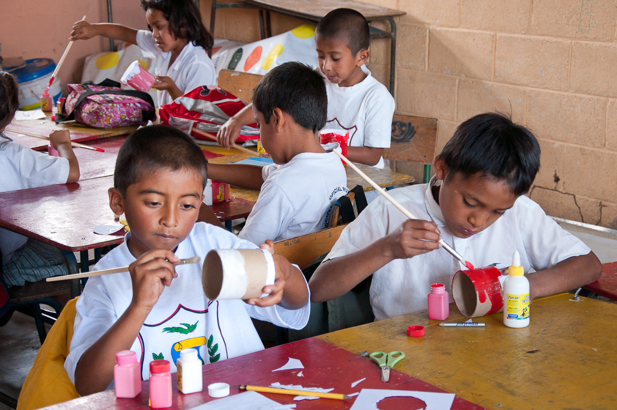 Los niños pintan su porta lápiz