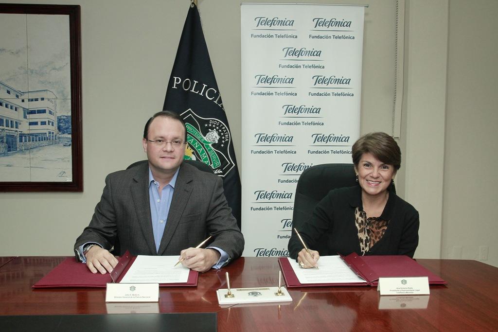 El convenio de colaboración fue suscrito por Julio A. Moltó, director de la Policía Nacional y Vicky Riaño, directora de Fundación Telefónica en Panamá.
