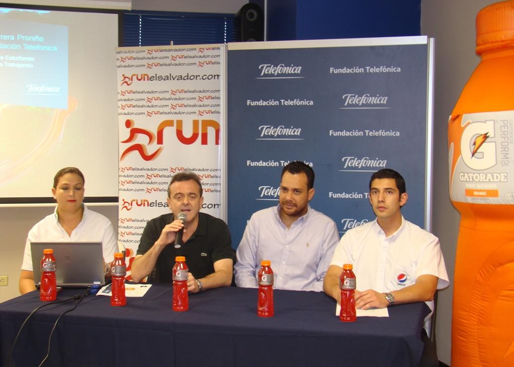 De izquierda a derecha, Luz Amanda de Salazar, subdirectora de Publicidad y Comunicaciones de Telefónica; José Antonio Fernández Valbuena, responsable de Fundación Telefónica en El Salvador;  Paul Villeda, representante de Run El Salvador y Raúl Dordelly, coordinador de Sportmarketing de Pepsi.