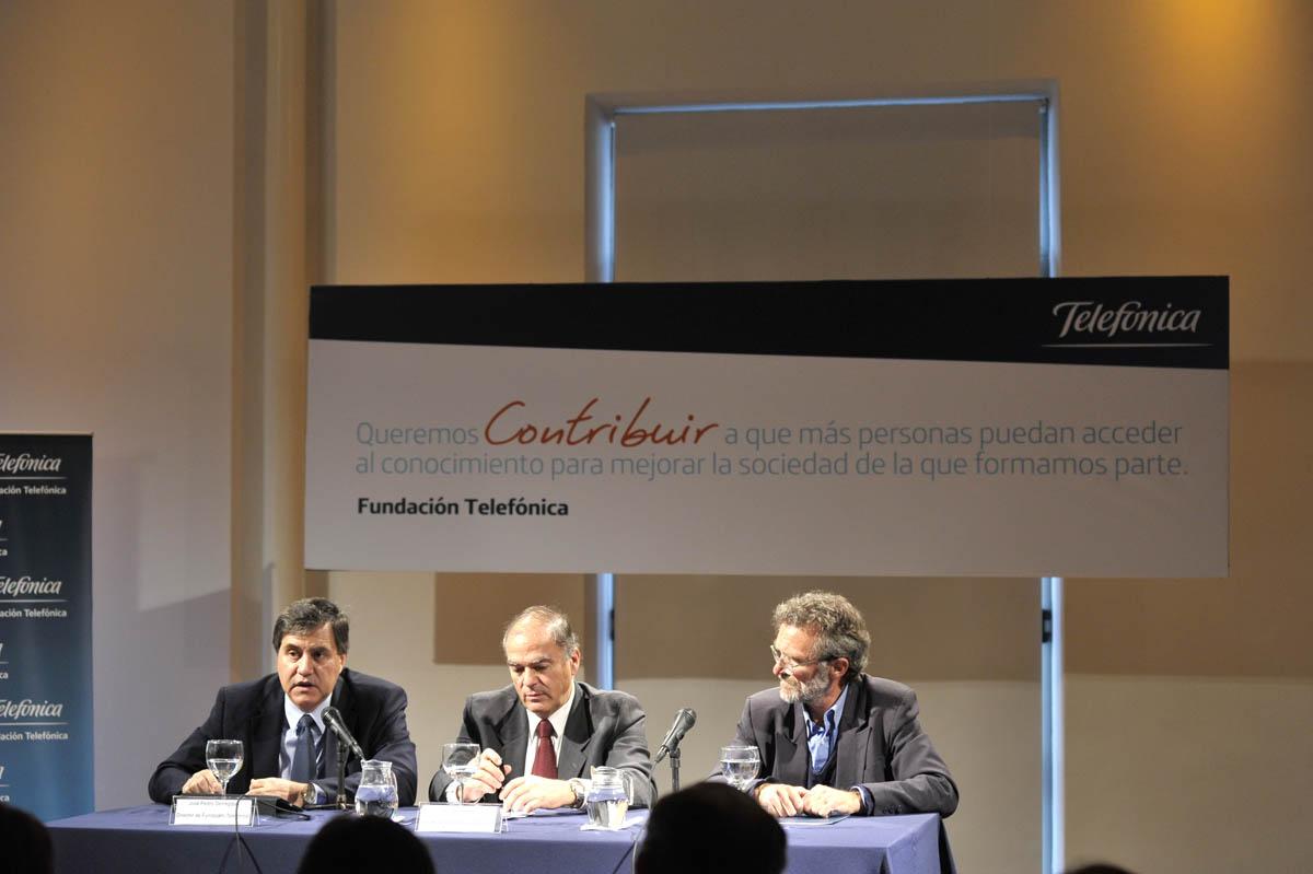 De izquierda a derecha, José Pedro Derrégibus, director de Fundación Telefónica Uruguay; Pablo de Salterain,   Presidente de Fundación Telefónica Uruguay y Héctor Florit, presidente del Consejo de Educación Primaria.