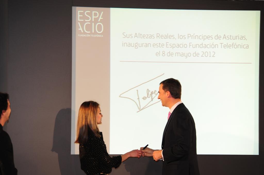 S.A.R los Príncipes de Asturias han inaugurado oficialmente el nuevo Espacio Fundación Telefónica rubricando en el libro de firmas electrónico.