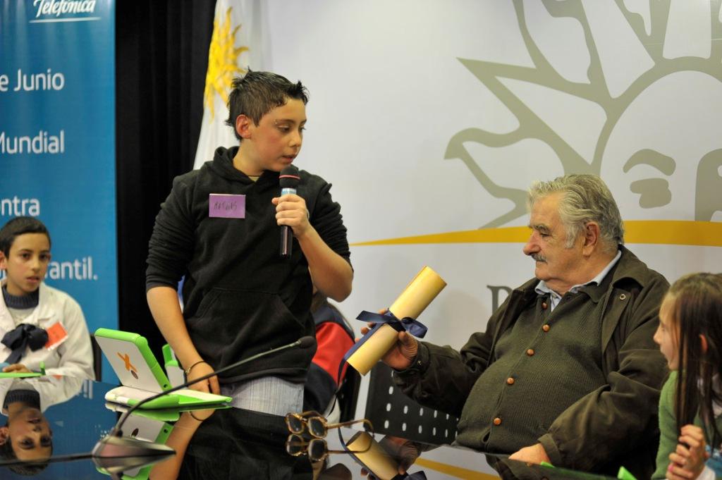 """Niños y jóvenes dieron a conocer las """"Pequeñas Instrucciones del año XII Contra el Trabajo Infantil"""" al  presidente de Uruguay, José Mujica"""