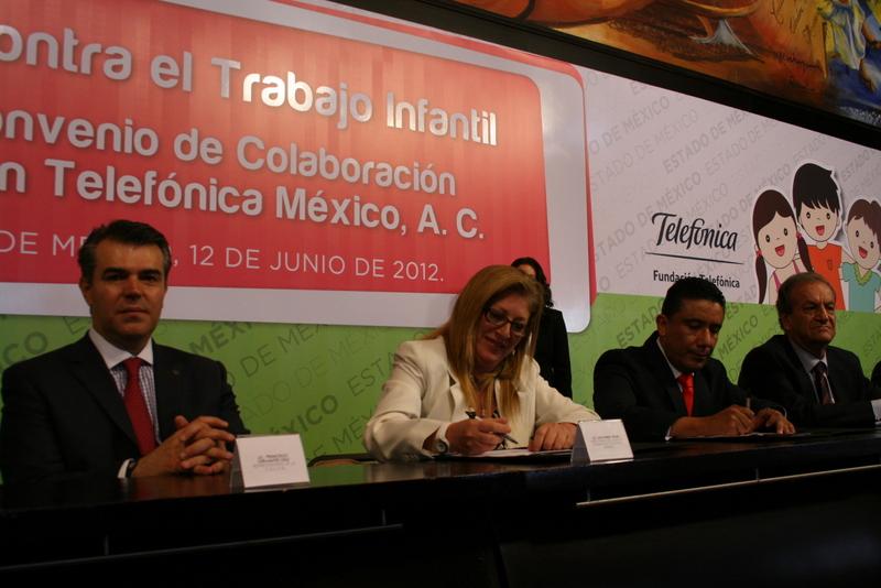 La firma se llevó a cabo en el Salón del Pueblo del Palacio de Gobierno del Estado de México en Toluca, en presencia del gobernador constitucional del Estado de México, Eruviel Ávila Villegas; la directora de Fundación Telefónica, Giovanna Bruni y los secretarios estatales de Educación Pública, Trabajo y Salud, así como titulares de la Comisión Estatal de Derechos Humanos.