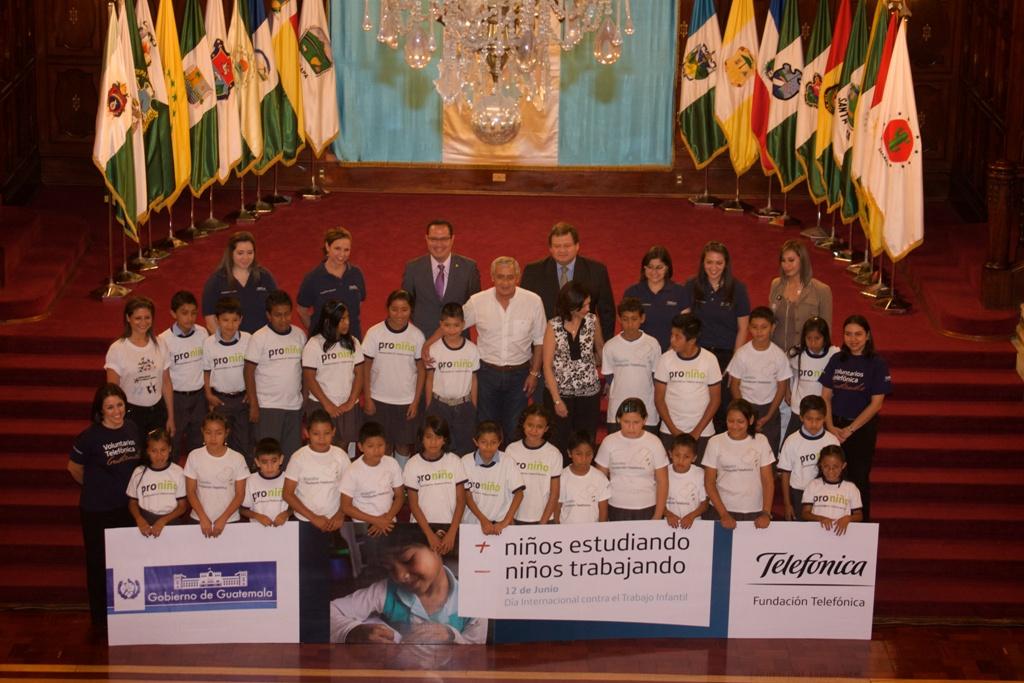 Con el objetivo de reafirmar el compromiso hacia la niñez guatemalteca, el General Otto Pérez Molina, presidente   de la República junto con la Ministra de Educación, el viceministro de Trabajo y representantes del sector   privado, la Organización Internacional del Trabajo  y Fundación Telefónica, dicen No al trabajo infantil.
