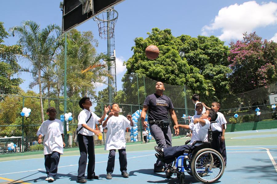 Los Voluntarios Telefónica motivaron a los niños a participar en agradables actividades recreacionales.