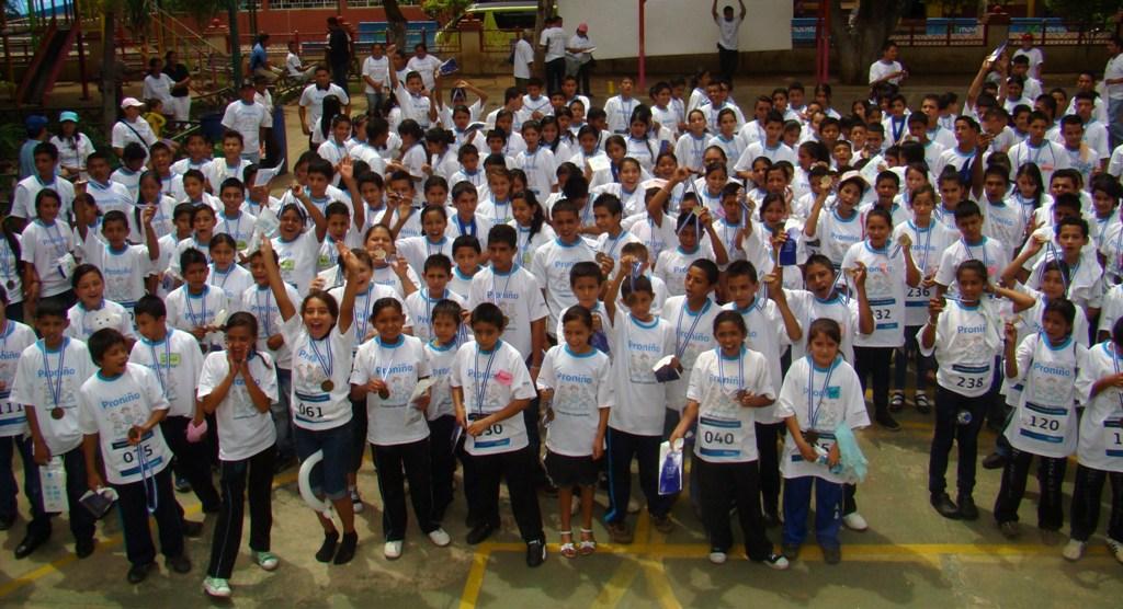 """Alrededor de 300 alumnos de centros escolares atendidos por Fundación Telefónica corrieron  2.5 kilómetros para pedir: """"Más niños estudiando, menos niños trabajando""""."""