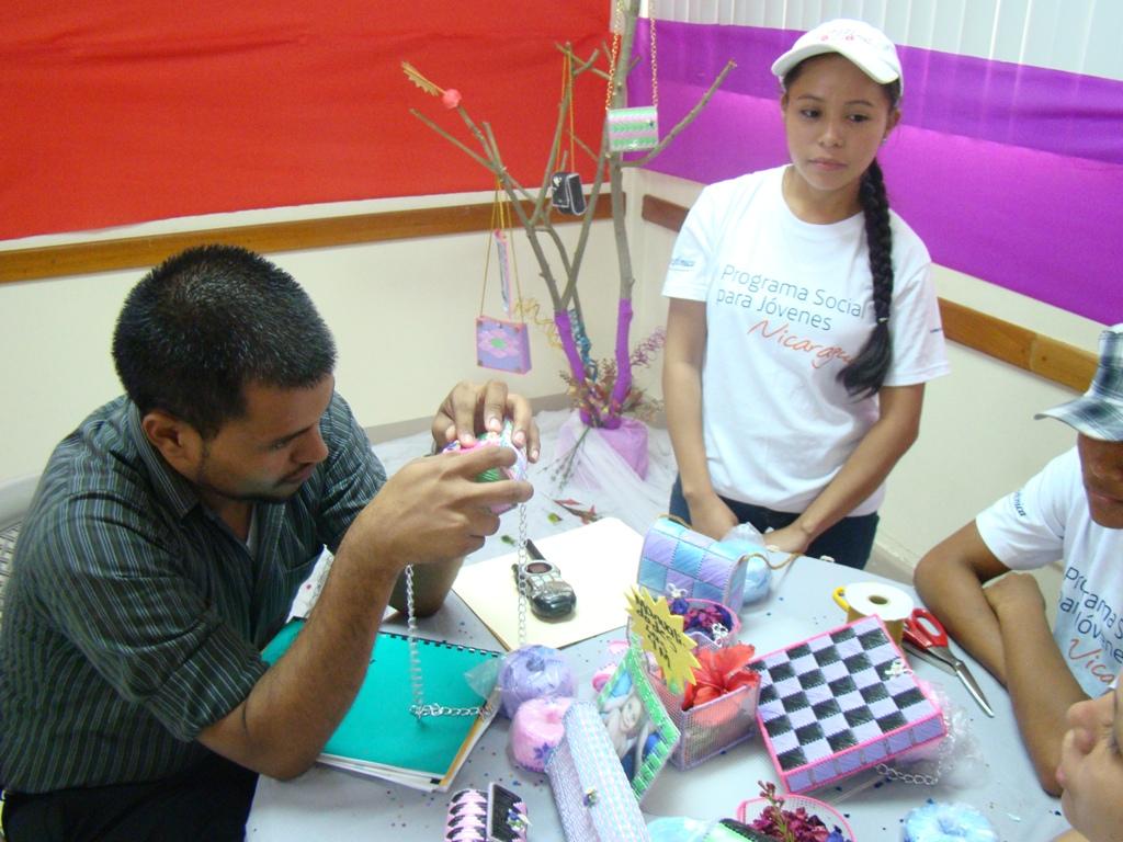 El jurado durante la evaluación del proyecto Manualidades 4M.