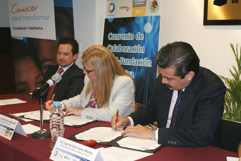 El convenio entre ambas entidades fue suscrito por Giovanna Bruni, directora de Fundación Telefónica México y Juan de Dios Castro Muñoz, director general del INEA.