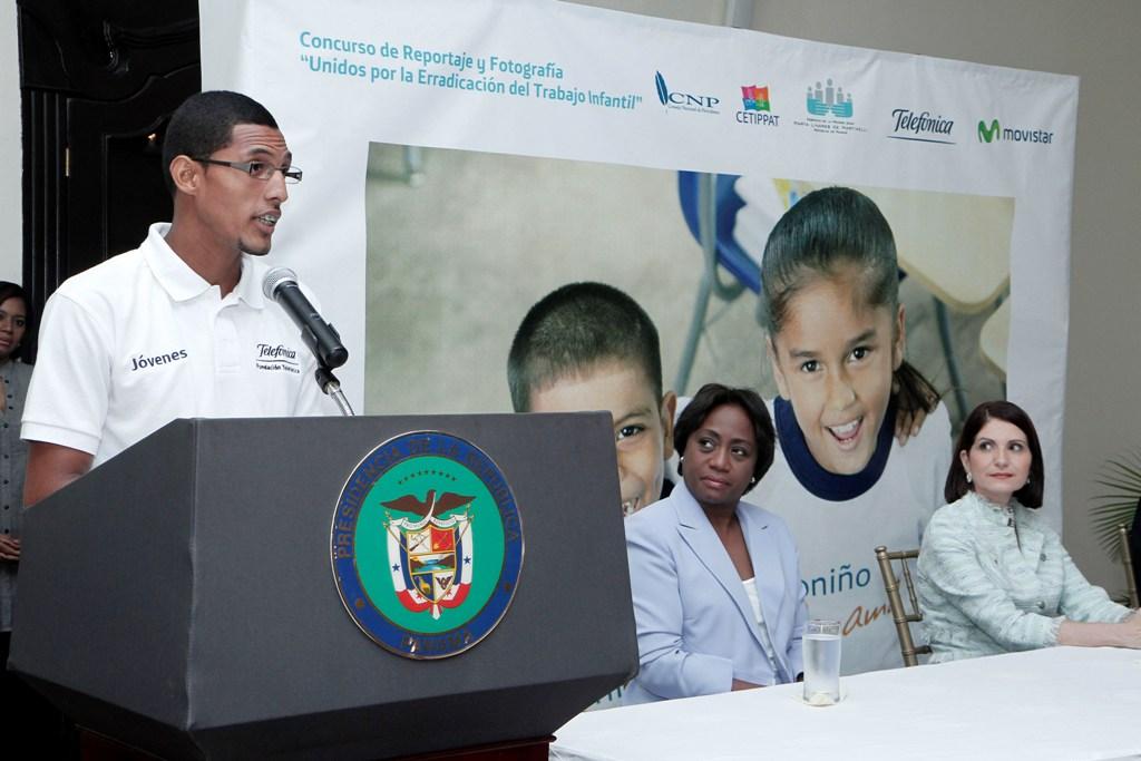 El panameño Reynaldo Austin, miembro de la Red Internacional de Jóvenes Fundación Telefónica, contó su historia de vida delante de la Primera Dama de Panamá, Marta Linares de Martinelli (derecha), y de la Ministra de Educación, Lucy Molinar.