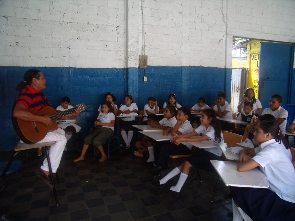 Mario Montenegro convivió con estudiantes de la Escuela Pan y Amor y conoció detalles de las acciones que Fundación Telefónica impulsa en Nicaragua para erradicar el trabajo infantil.