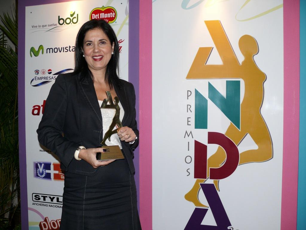 La estatuilla dorada de reconocimiento a Fundación Telefónica fue recibida por Valentina Ríos, gerente general de   Fundación Telefónica Venezuela.