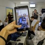 Jóvenes Fundación Telefónica brasileños desarrollan aplicaciones para terminales móviles y tabletas digitales.
