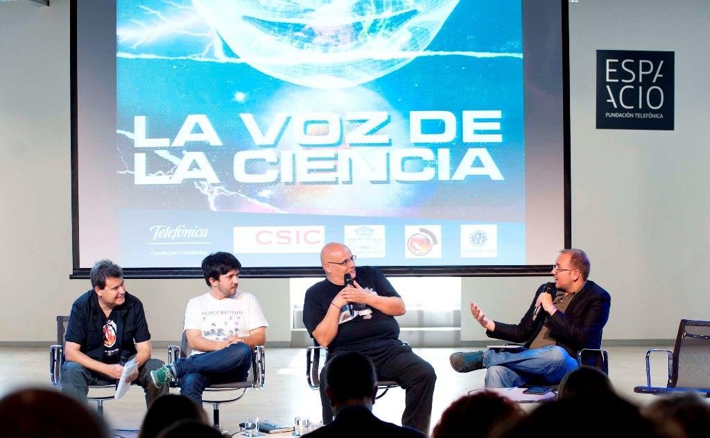 El grupo Aviador Dro homenajea a la ciencia en una jornada pop y divulgativa celebrada en el Espacio Fundación Telefónica y el Real Jardín Botánico, CSIC.