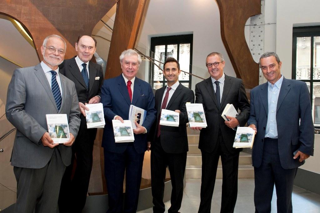De izquierda a derecha, Javier Nadal; Santiago de Mora-Figueroa, Marqués de Tamarón; Javier Rupérez; David Fernández Vítores; Fernando Rodríguez Lafuente y José Antonio Alonso.