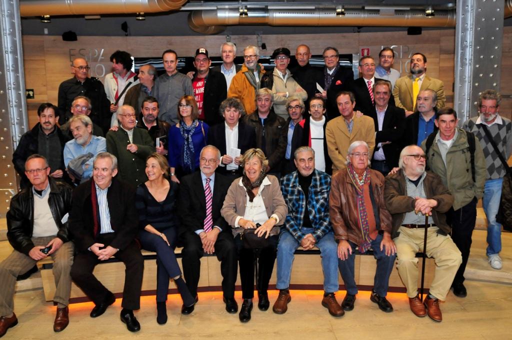 Gran parte de los fotógrafos presentes en la exposición acudieron a la inauguracion de la misma. En la imagen junto a Javier Nadal, vicepresidente ejecutivo de Fundación Telefónica.