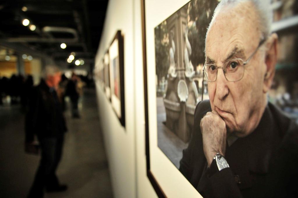 """""""Fotógrafos"""" rinde homenaje a los profesionales que han documentado 40 años de la historia de España."""