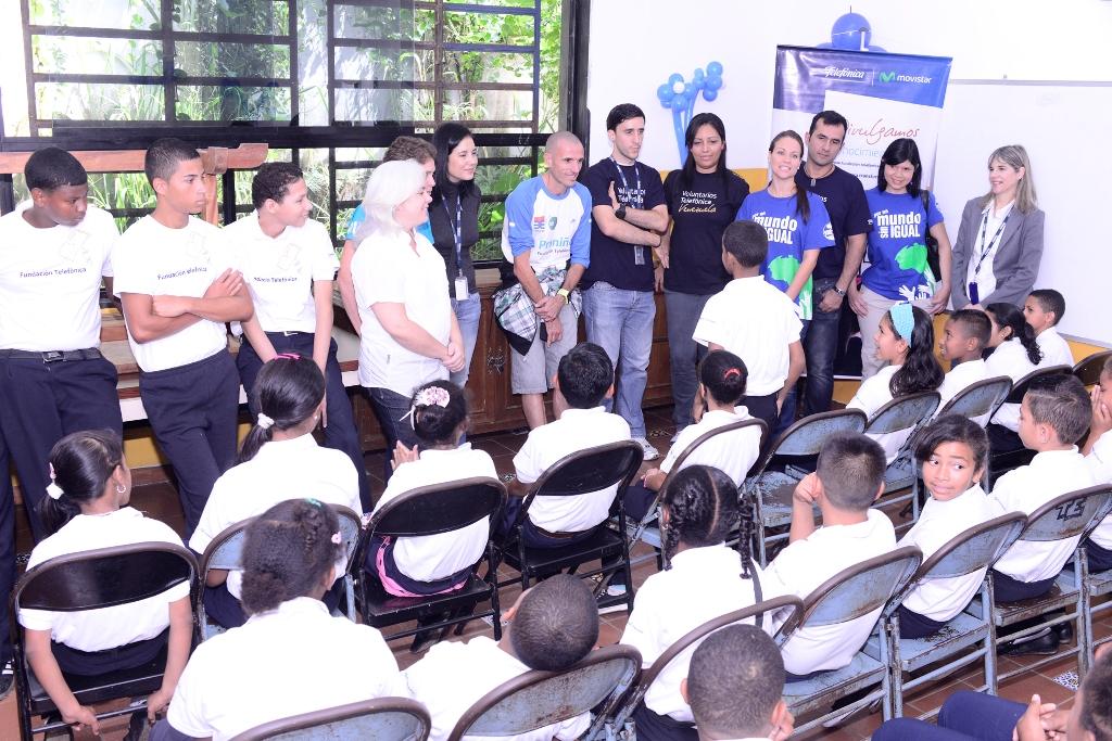 Durante su visita a esta escuela de Caracas, Chema Martínez conoció al detalle sobre las diferentes acciones que Fundación Telefónica realiza en Venezuela, para desvincular progresivamente a niños y niñas del trabajo infantil.
