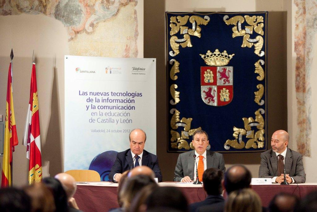 De izquierda a derecha, Mariano Jabonero, director de Relaciones Institucionales de la editorial Santillana; Juan José Mateos, consejero de Educación de Castilla y León y Joan Cruz, director de Coordinación Territorial de Fundación Telefónica.