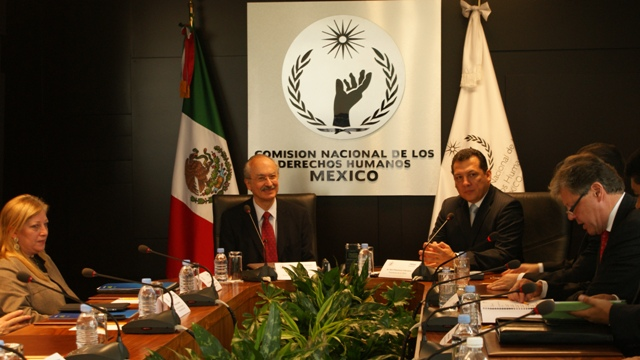 En el acto de la firma del convenio estuvieron presentes, de izquierda a derecha, Giovanna Bruni, directora de Fundación Telefónica México; Francisco Gil Díaz, presidente de Telefónica México y Raúl Plascencia, presidente de la CNDH.