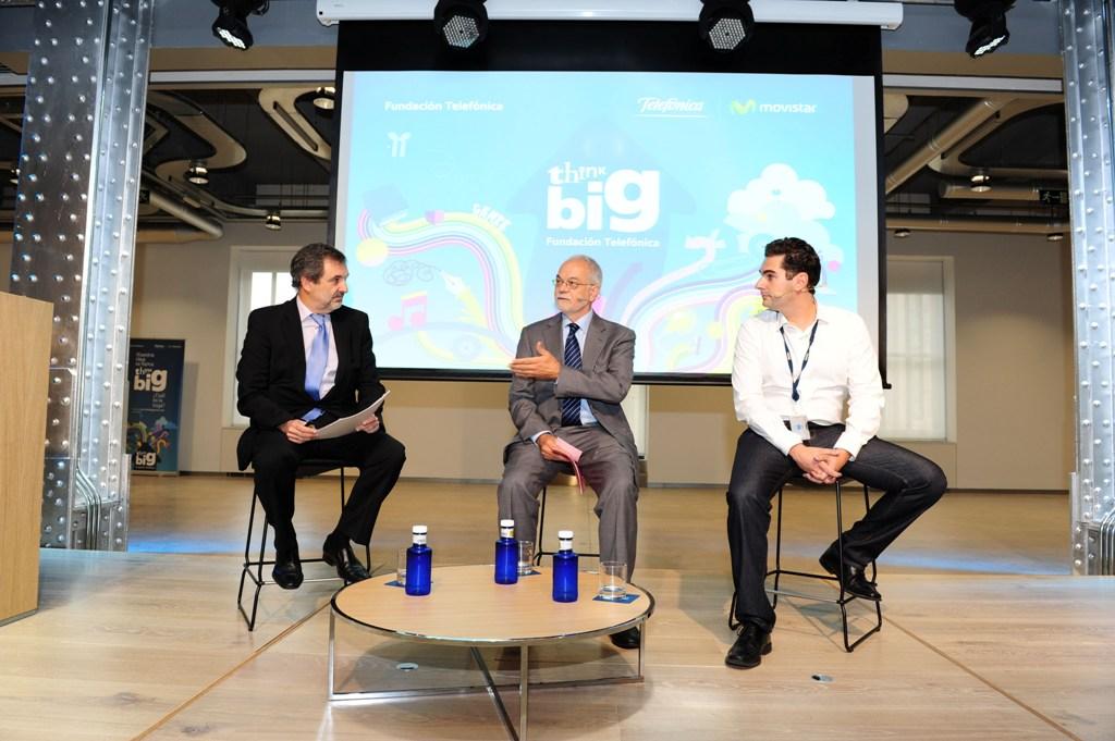 En la rueda de presentación de Think Big Jóvenes han intervenido, de izquierda a derecha, Luis Miguel Gilpérez, presidente de Telefónica España; Javier Nadal, vicepresidente ejecutivo de Fundación Telefónica y David de San Benito, responsable de Think Big Jóvenes España.