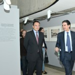 Douglas Ochoa y Francisco Serrano durante su visita a la exposición.