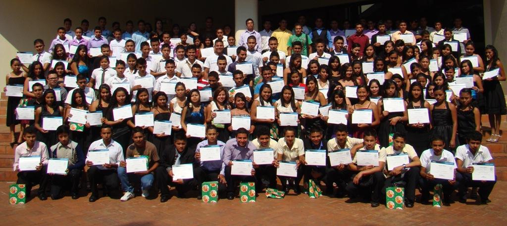 221 jóvenes egresados de Proniño en El Salvador ya son bachilleres.