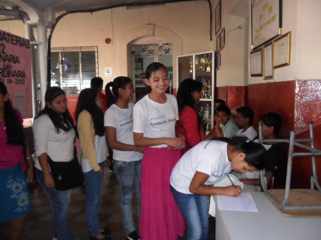 Casi 300 jóvenes que han terminado sus estudios gracias a Proniño en El Salvador participaron en 2012 en talleres vocacionales o técnicos.