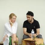 Juan Antonio Bayona conversa con Naomi Watts, durante el rodaje de 'Lo imposible'