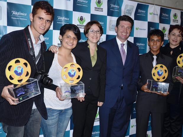 De izquierda a derecha: Ana Aguirre; Jaime Andrés Pely Villa; la directora de Fundación Telefónica Colombia, Claudia Aparicio; el director del ICBF, Diego Molano; Andrés Felipe Cediel y la hermana de Juan Alberto Caicedo Ramírez, quien no pudo acudir a recibir el premio.