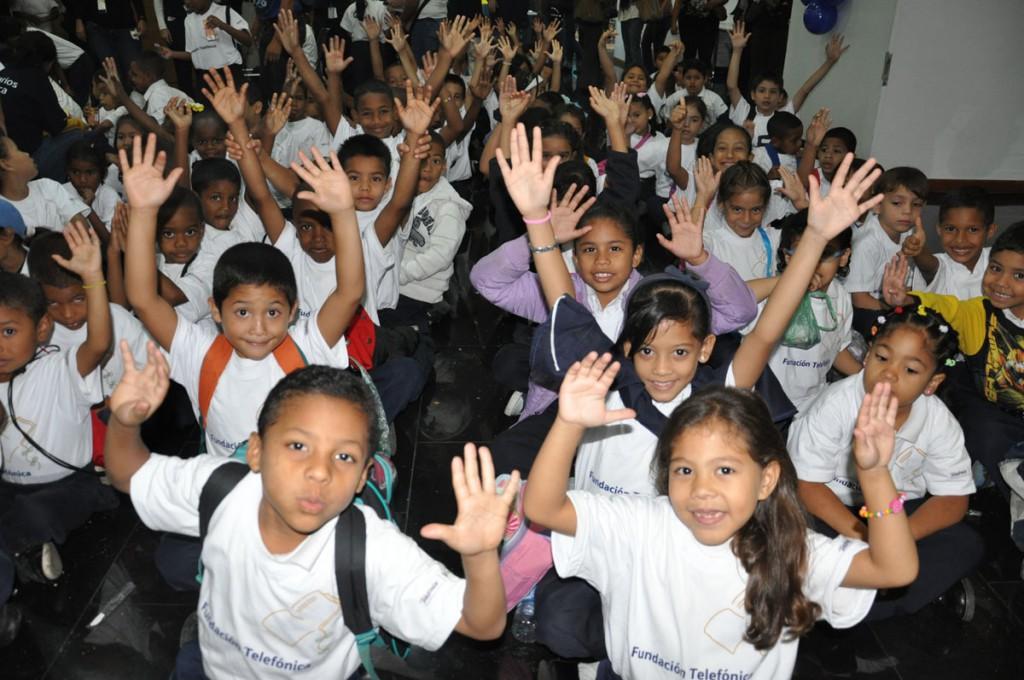 """Más de 200 niños y niñas beneficiados por Fundación telefónica en Venezuela descubrieron la exposición """"Transformaciones""""."""