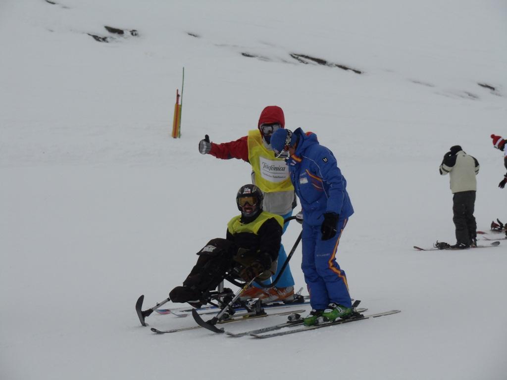 Los deportistas recibieron durante tres días clases con profesores especializados en disciplinas de 3 y 4 huellas, mono-esquí, y guías de ciegos, acompañados en todo momento por nuestros voluntarios.