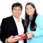 Pedro Cortez, Presidente de Telefónica le hace entrega de una laptop a la docente María Alejandra Urdaneta del IEA, por haber ganado el Premio Internacional de Innovación Educativa.