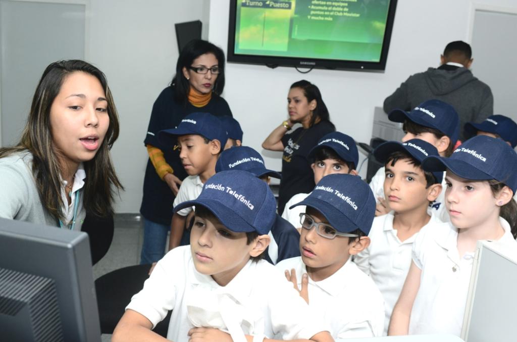 Los estudiantes también aprendieron cómo se reparan los diversos modelos de equipos celulares en Servicio Técnico.