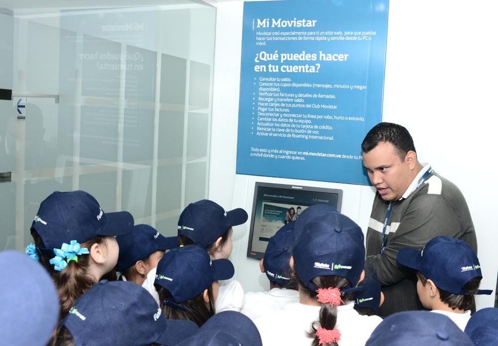 Los niños y niñas ganadores del premio tuvieron la oportunidad de probar los diversos smartphones y tablets disponibles en el área del Centro de Servicio Movistar.